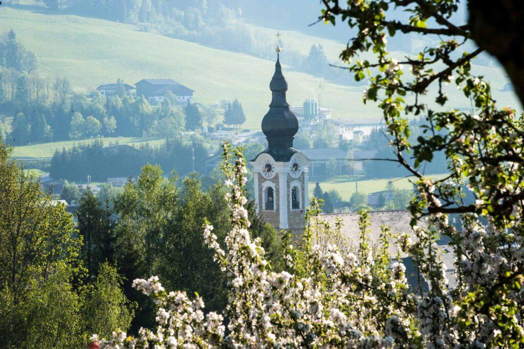Die Kirchturmspitze von Altenmarkt im Sommer
