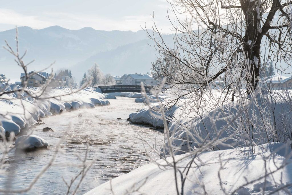Eine Brücke über die Enns mit einer schönen Winterlandschaft