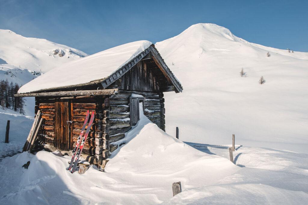 Eine Hütte als Pausenstation beim Powdern im Tiefschnee