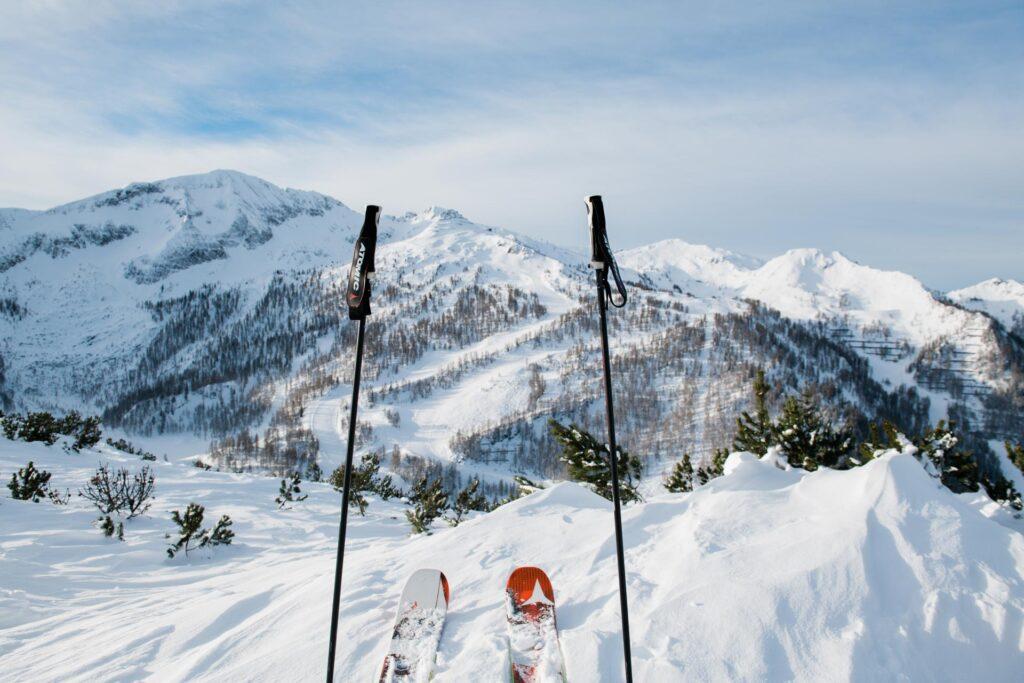 Skistöcke und Ski im Powder von Altenmarkt-Zauchensee